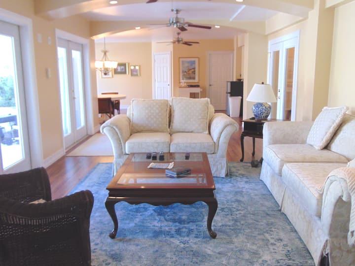 """""""Casa Bella"""" Poolside boutique style guest suite"""