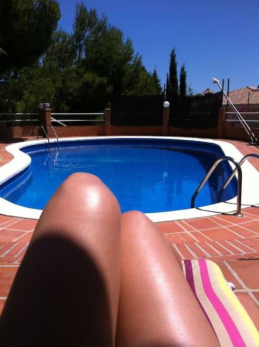 Vista de la piscina. Solarium amplio.