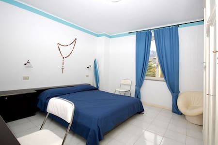 VLM4 Room with shared Garden in Villa by the beach - Mongiove