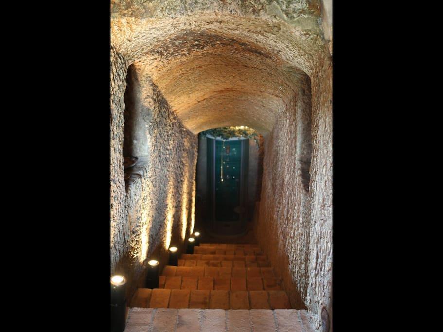 dalla stanza si accede ad una grotta scavata nel tufo con una doccia idromassaggio