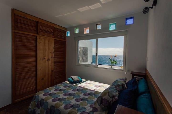 Double bedroom with ocean views.