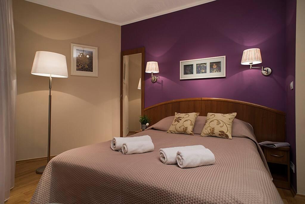 komfortowe podwójne łóżko z wygodnym materacem