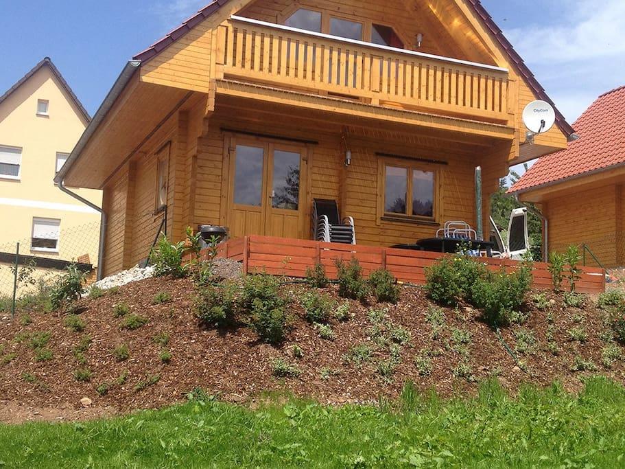 Blockhaus mit Balkon, Terrasse und eingezäuntem Garten in sonniger Südlage
