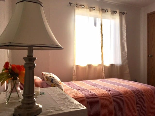COZY RED ROOM-- CHICO HOT SPRINGS/YELLOWSTONE PARK - Emigrant - Hus