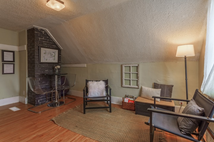 Adorable, Cozy, Rustic Private Unit in Sunalta