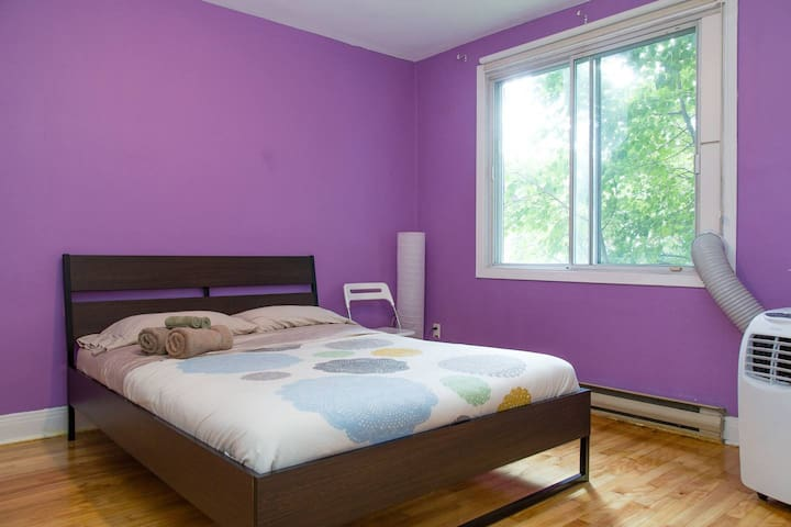 nice bed room in Plateau Montroyal, metro Laudrier