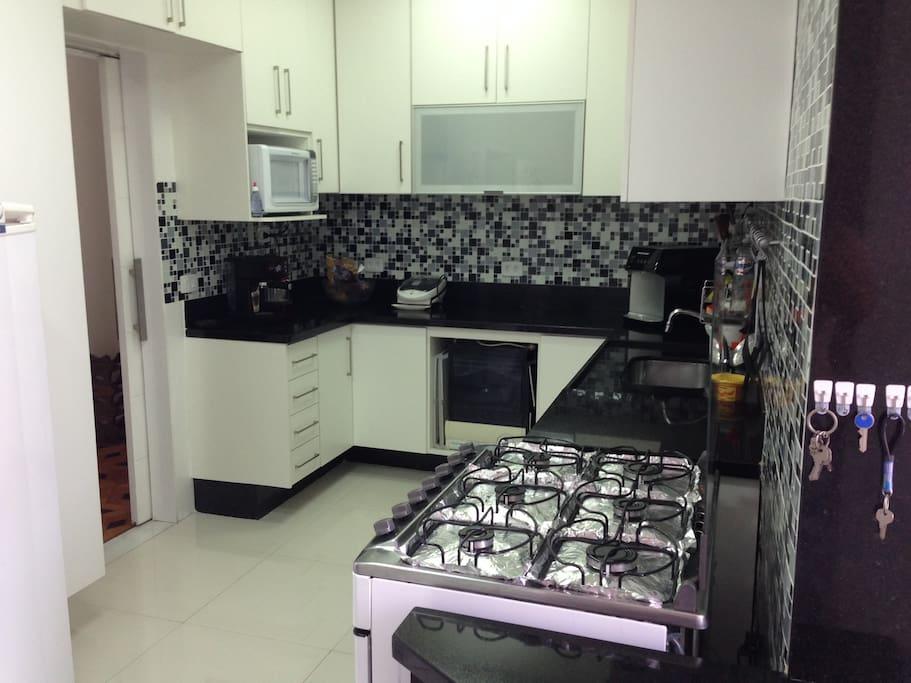 Louça e utensílios de cozinha à disposição dos hóspedes
