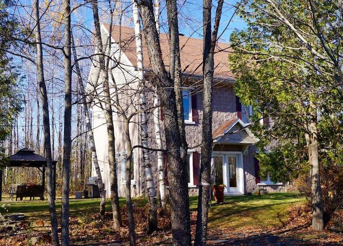 Grande maison sur terrain boisé avec spa - Magog - Casa