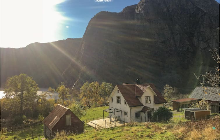 Holiday cottage with 4 bedrooms on 200 m² in Erfjord