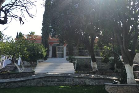 Casa con alberca, jardines y asador - Yautepec