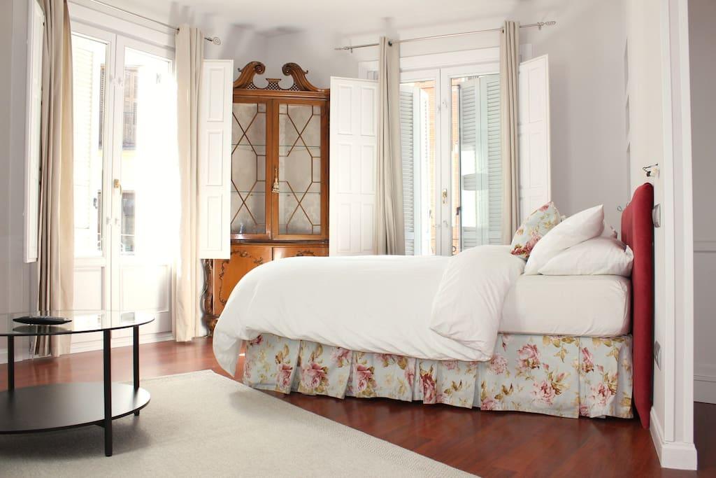3 window view. Great Luminosity. Queen size bed.