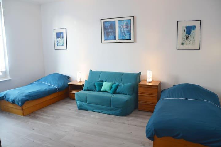 Grande chambre bleue pour 4 personnes de 21m2