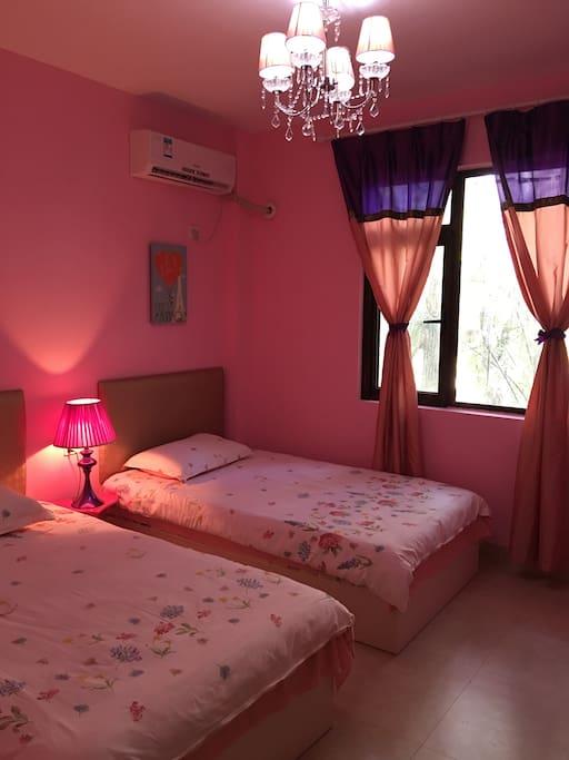 粉色房间,配备两张床。