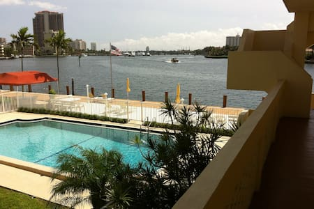 Intracoastal Condo, 1 Block 2 Beach Available Now!