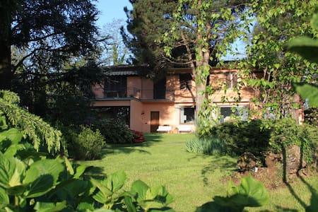 villa con ampio giardino 10 km Como - Lurago D'erba