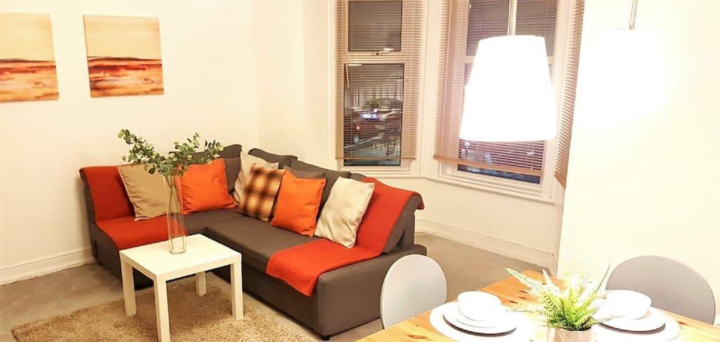 ⭐️Spacious Period 2 bed apartment near the river⭐️