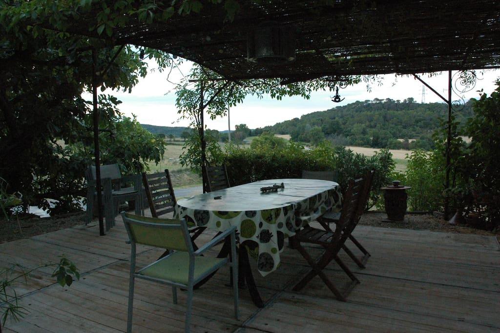 La Terrasse, plein Sud,ombragée par une épaisse tonnelle, et vue sur la campagne.