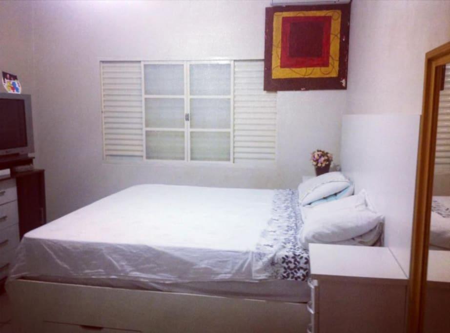 Quarto do casal com cama King size,televisão,ventilador de teto e ar split