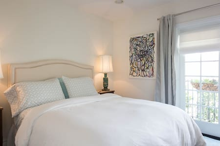 NEAR BEVERLY HILLS bedroom w/ private entry & bath - Los Angeles - House