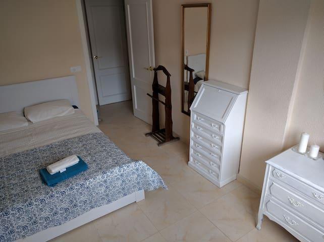 Cuarto 1 con cama de matrimonio.