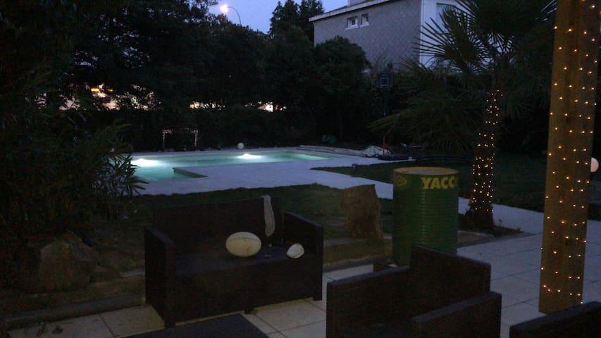 Charmant studio meublé avec jardin et piscine.