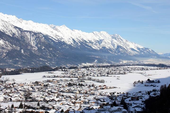 Blick ins Unterinntal von der Terasse des Tirolerhaus.
