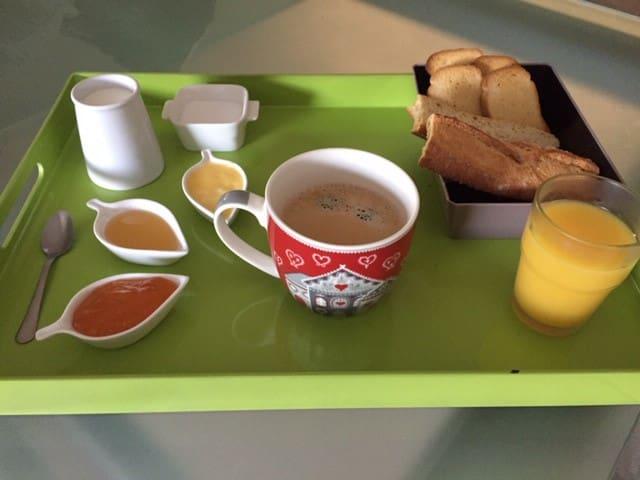Petit déjeuner* : Thé, café ou chocolat, pain grillé, biscottes, 1 verre de jus de fruit, confiture, miel bio de nos ruches, beurre, et un yaourt maison bio. Vous pourrez le prendre dans votre chambre, le jardin ou la terrasse. *3 euros par pers.