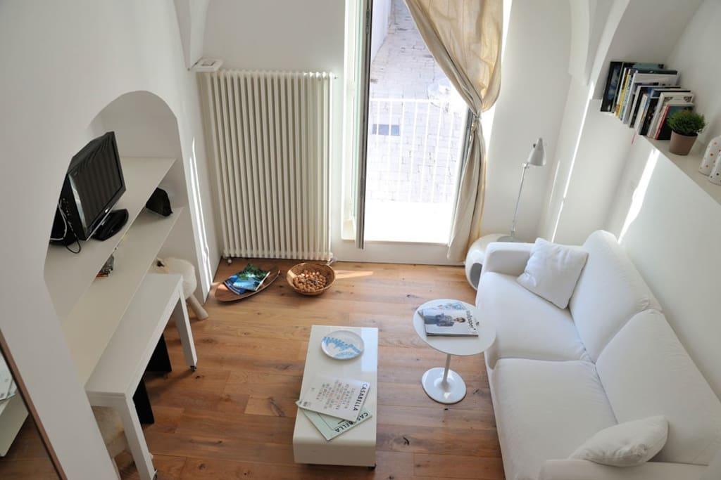 Al primo livello l'ospitale soggiorno/sala da pranzo