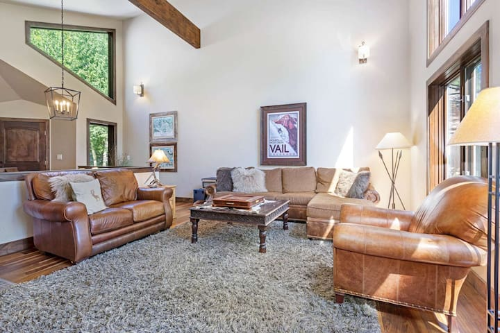Pet Friendly Eagle Vail Home, Convenient to Bvr Crk, Private Fenced Yard, Hot Tub, Family Friendly!