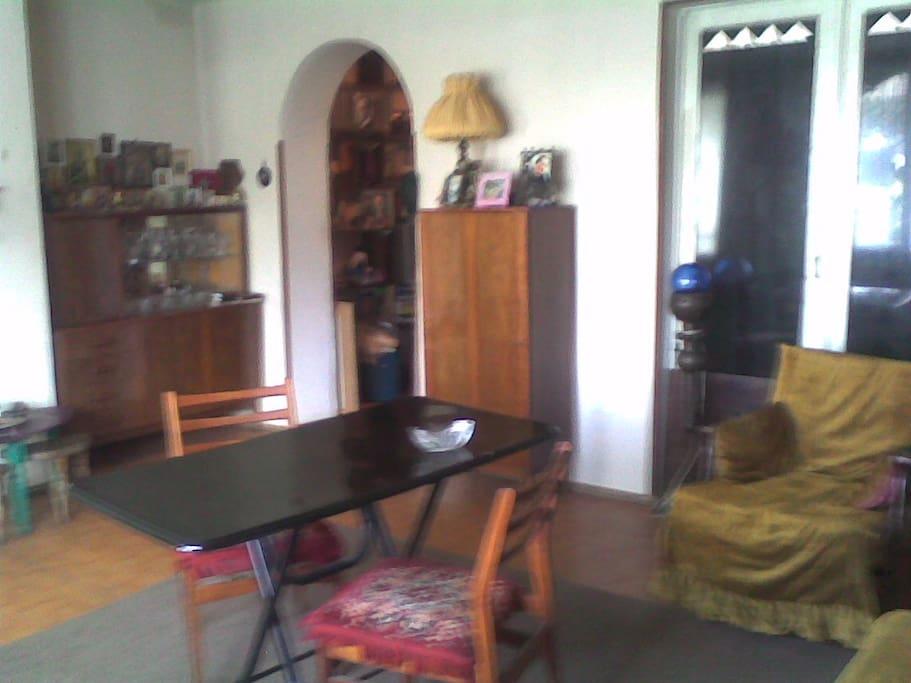 Каждая комната изолировано друг от друга и можно использовать как гостинную и как спальню одновременно.  Все комнаты светлые и уютные!Соседи хорошие, добродушные и порядочные