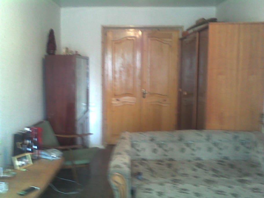 Каждая комната изолировано друг от друга и можно использовать как гостинную и как спальню одновременно. Все комнаты светлые и уютные! Соседи хорошие, добродушные и порядочные