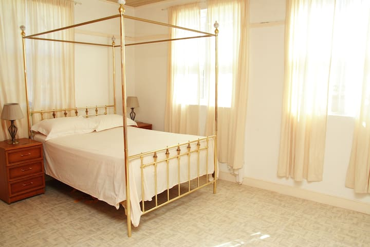 Main Bedroom with Kingsize bed, the other two bedrooms have a double bed and two single beds