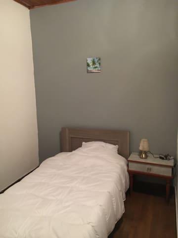 Chambre 2 SDB partagée dans maison proche golfech
