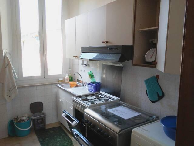 Cucina con forno , lavatrice, frigo.