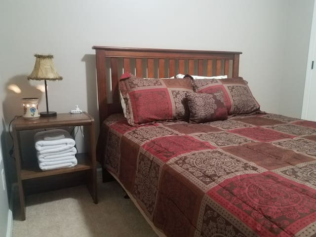Room E Queen Bed w/ Cable TV 3 minutes from Hwy 75