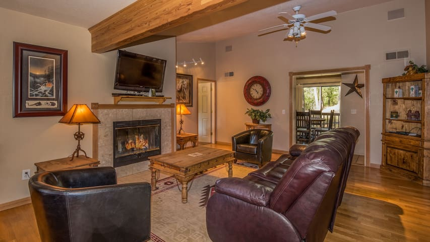 """Upper Canyon Lodging Co - """"Tanglewood"""" - Hot Tub, Open Concept - Great Views"""