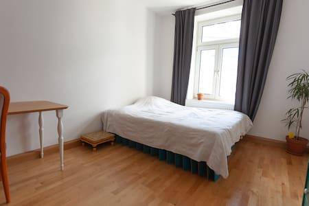Helles Zimmer mit Hofblick - direkt an der Isar