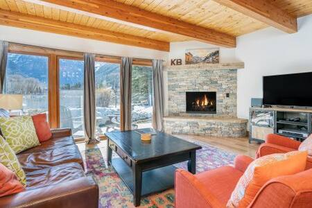 Desirable Retreat Just Steps from Town with Great Views and a Shared Hot Tub