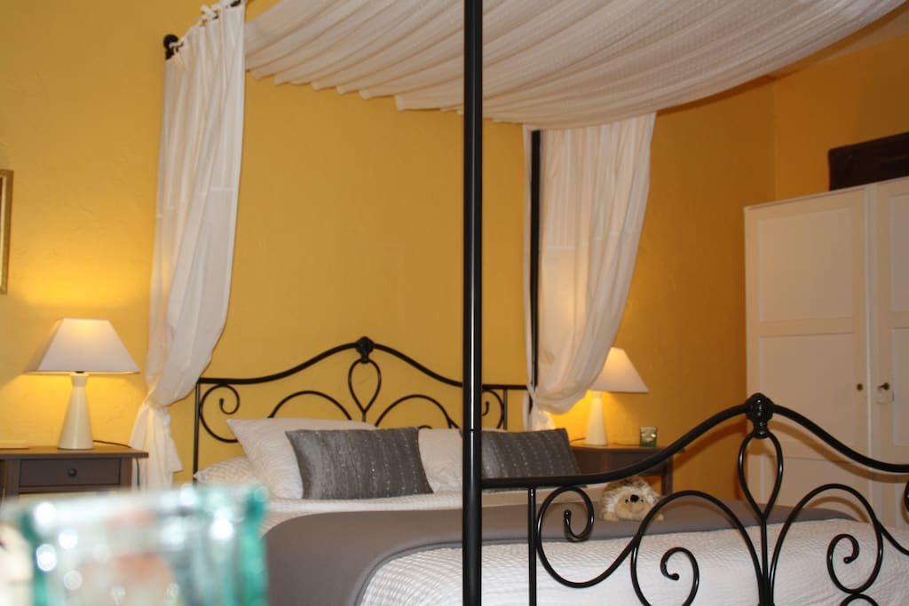 Une de nos Chambres Confort lit à baldaquin 160 cm- One of our large bedroom with a four-poster bed 160 cm wide