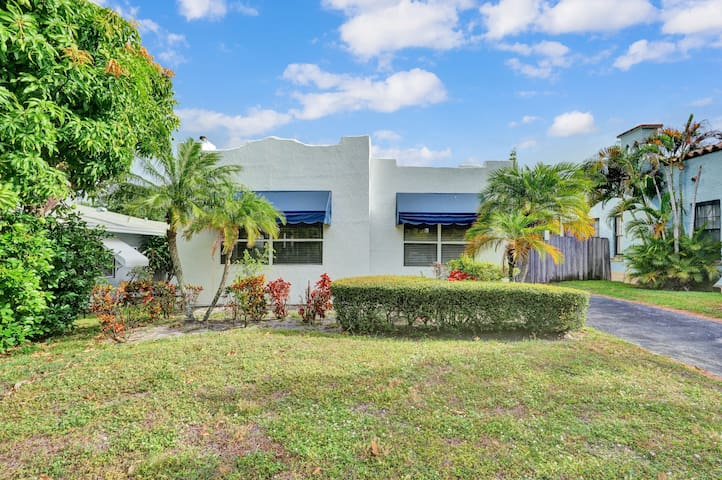 Charming Home, Walk to Park, Convention + DT WPB!