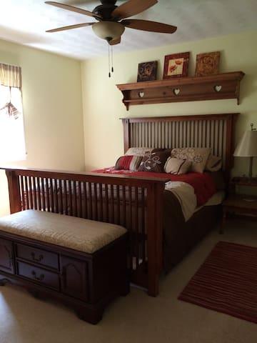 Private Room in Quiet Neighborhood - Kokomo