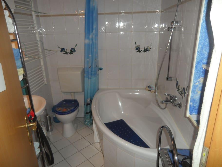 Waschmaschine und Trockner vorhanden. Eckbadewanne mit Duschmöglichkeit