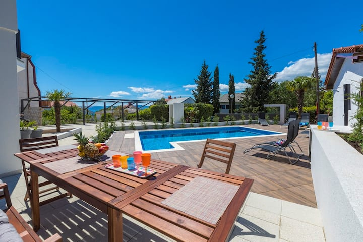 Modern, high quality furnished apartment with pool