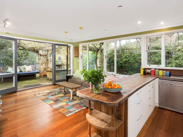 Beautiful Fremantle Family Home - White Gum Valley - House
