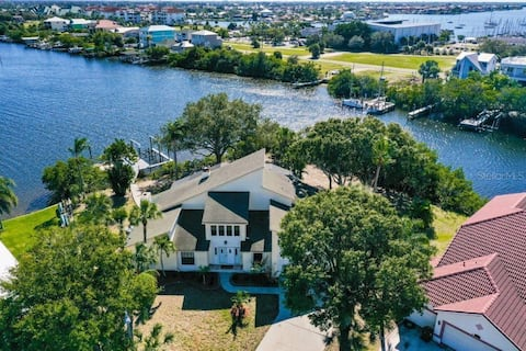 gran casa frente al mar con muelle y piscina