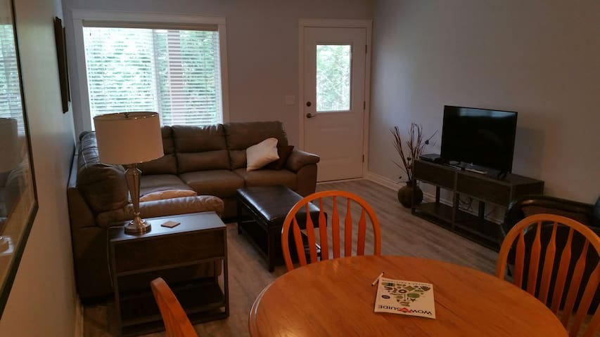 Contempory suite bright large clean - Nanaimo - Huis