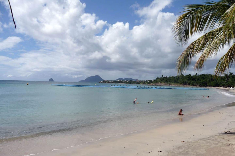 sable blanc, mer calme, belle carte postale, activités nautiques