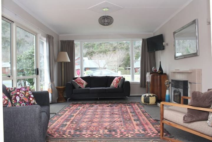 Bessie's Bach - cosy, quirky, retro cottage - Hanmer Springs - Bungalov