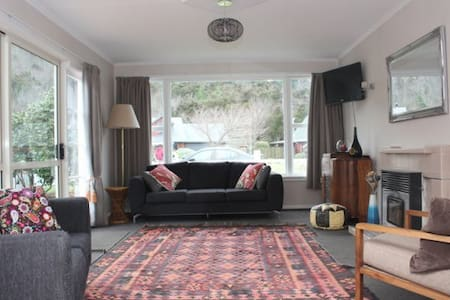 Bessie's Bach - cosy, quirky, retro cottage - Hanmer Springs
