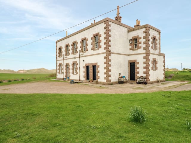ROBERT OLIVER'S PLACE, pet friendly in St Fergus, Ref 957463